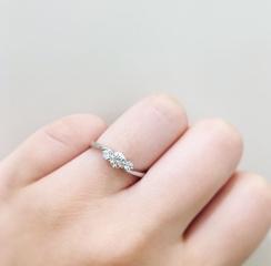 【ROYAL ASSCHER(ロイヤル・アッシャー)の口コミ】  指がとても綺麗に見えるデザインでした。指が短いのでなかなか自分に似合…