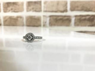 【ラザール ダイヤモンド(LAZARE DIAMOND)の口コミ】 婚約指輪の定番とされている立て爪リング(ソリティアリング)ではなく、…