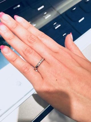 【ROYAL ASSCHER(ロイヤル・アッシャー)の口コミ】 ストレートラインに5粒のダイヤモンドが埋め込まれています。ダイヤモンド…