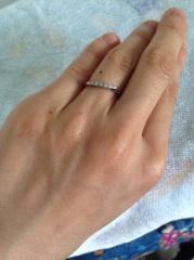 【ラザール ダイヤモンド(LAZARE DIAMOND)の口コミ】 緩やかにウェーブしたラインなので指を細く長めに見せる効果があり、私の…