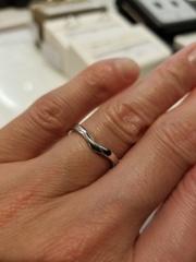 【JEWELRY  KAMATA(ジュエリーかまた)の口コミ】 少しカーブする事で、指を細く見せることができます。 指輪の形がハートの…
