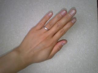 【ギンザタナカブライダル(GINZA TANAKA BRIDAL)の口コミ】 指輪の幅が広くなく、狭くなく、ちょうどいい2,5mm幅です。指にハメて…