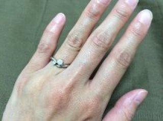 【銀座ダイヤモンドシライシの口コミ】 ゆるやかなV字型をしているので指輪を着けたときに指の短さが分かりにくく…
