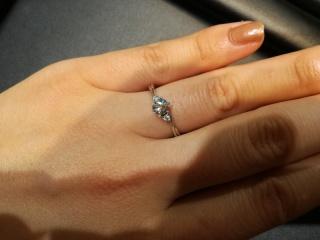 【ラザール ダイヤモンド(LAZARE DIAMOND)の口コミ】 リングのアームが、中央のダイヤモンドに向けて細くねじりをつけて絞られ…