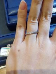 【銀座ダイヤモンドシライシの口コミ】 細身のリングで小さなダイヤが斜めに入っています。リングの側面まで半周…