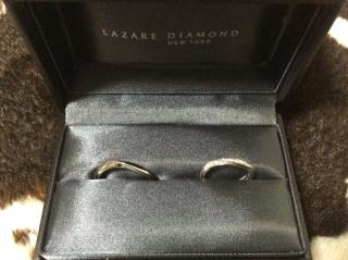 【ラザール ダイヤモンド(LAZARE DIAMOND)の口コミ】 少しカーブしている指輪の方が指が綺麗に見えると思い探していました。 こ…