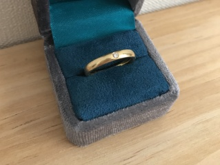 【ラザール ダイヤモンド(LAZARE DIAMOND)の口コミ】 旦那さんが焼けた肌の方なので、金色の指輪を探しており、ごつくなりすぎ…