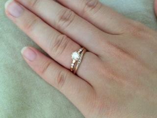【A・D・A(エー・ディー・エー)の口コミ】 結婚指輪と婚約指輪を重ね付け出来るデザインがとても気に入りました。婚約…
