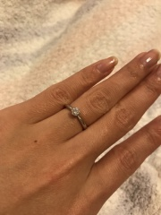 【ギンザタナカブライダル(GINZA TANAKA BRIDAL)の口コミ】 オーソドックスなデザインの婚約指輪が欲しかったので、このデザインはぴ…