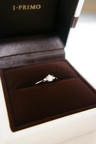 【アイプリモ(I-PRIMO)の口コミ】 両サイドにダイヤがあるデザインを気に入って、婚約指輪を探していました…
