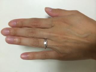 【カルティエ(Cartier)の口コミ】 ダイヤ部分と指が直接触れないように、リングがダイヤ部分のみ2重になって…