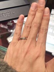 【モニッケンダム(MONNICKENDAM)の口コミ】 センターにイエローゴールドのラインが入っており、女性用の指輪にはダイ…