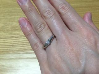 【agete(アガット)の口コミ】 独立したダイヤモンドが大きく輝いていて、存在感があります。また、V字の…