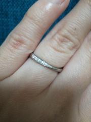 【銀座ダイヤモンドシライシの口コミ】 シンプルでストレートなラインです。まっすぐな埋め込みストーンなので飽…