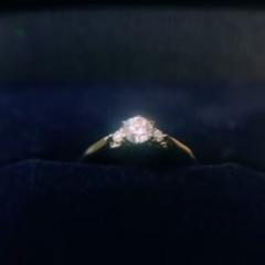 【銀座ダイヤモンドシライシの口コミ】 シンプルかつ華やかなデザインに惹かれました。花束がモチーフになってお…