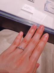 【銀座ダイヤモンドシライシの口コミ】 婚約指輪はキラキラさせたい、でもゴツくないのが良い、という希望を叶え…
