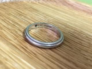 【4℃(ヨンドシー)の口コミ】 繊細でシンプルなデザインで指輪をつけたことの無い主人もつけやすそうと…