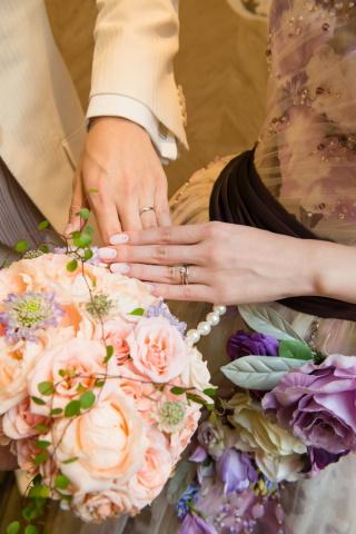 【アイプリモ(I-PRIMO)の口コミ】 婚約指輪に貰ったものがV字型だったので、それと重ねて付けられる指輪の中…