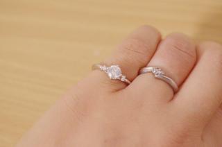 【COLANY(コラニー)の口コミ】 婚約指輪として頂いたものですが、第一印象はかわいい!でした。  気取ら…