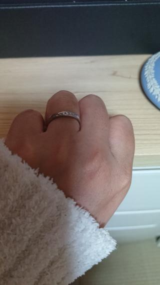 【4℃(ヨンドシー)の口コミ】 指が短くて、太いので細く見えるように細目で斜めになっているリングにし…