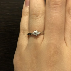 【俄(にわか)の口コミ】 婚約指輪は、真ん中に大きいダイヤモンド、両脇に少し小さいダイヤモンド…