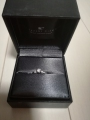 【ラザール ダイヤモンド(LAZARE DIAMOND)の口コミ】 左右に一粒ずつダイヤがあるもので、ストレートのものが希望でした。 何点…