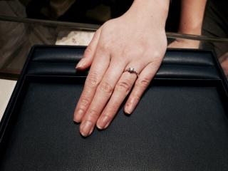 【銀座ダイヤモンドシライシの口コミ】 小ぶりで指をキレイに見せてくれるデザインだからです。最初にシライシさ…