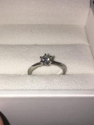 【アンジェリックフォセッテ(Angelique Fossette)の口コミ】 おとぎ話に出てくるような、典型的なデザインが、いかにも婚約指輪という…