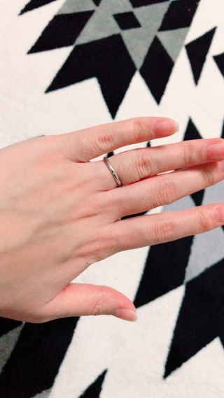 【AFFLUX(アフラックス)の口コミ】 予算に合った指輪の中でも、シンプルで特徴のある指輪のデザインが良かっ…