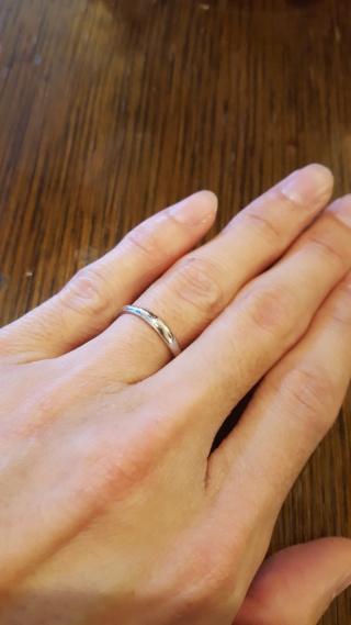 【宝寿堂(ほうじゅどう)の口コミ】 婚約指輪との相性。 同じ店で婚約指輪も選んだため、結婚指輪と一緒につけ…