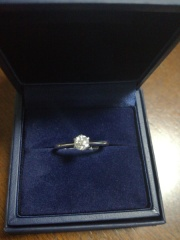 【銀座ダイヤモンドシライシの口コミ】 プロポーズリングの場合は石をまず選び、フリーサイズのリングを購入しま…