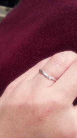 【4℃(ヨンドシー)の口コミ】 デザインのこだわりは婚約指輪と重ねてつけられるものとして、V字状なって…