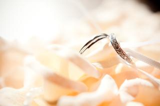 【アンジェリックフォセッテ(Angelique Fossette)の口コミ】 ダイヤが埋め込まれているのがデザインの絶対条件で、緩い波型のデザインが…