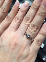 【ラザール ダイヤモンド(LAZARE DIAMOND)の口コミ】 セットと違い周りをぐるっと囲っているので、ダイヤモンド自体が大きく見え…