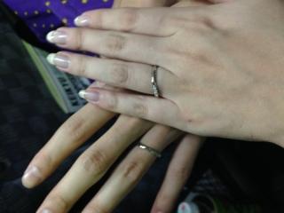 【ラザール ダイヤモンド(LAZARE DIAMOND)の口コミ】 S字型にカーブしているので、指のラインと馴染んで自然に見え、指が綺麗に…