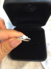 【エクセルコダイヤモンド(EXELCO DIAMOND)の口コミ】 クロスデザインが指をすっきりと綺麗に見せてくれます。メインのダイヤの横…