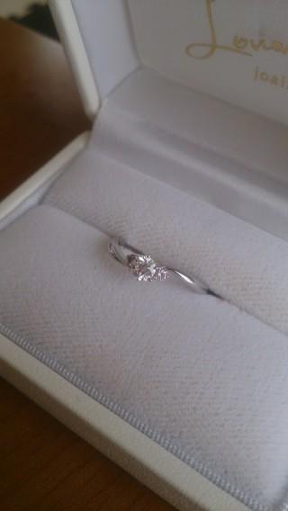 【ルワンジェの口コミ】 指輪のラインが曲線で指が長く細く見えるところ。 ピンクダイヤが入ってい…