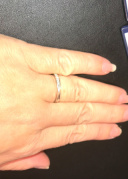 【N.Y.NIWAKA(ニューヨークニワカ)の口コミ】 キレイなシルバーの輝きが上品な印象を受けた指輪でした。デザイン的には…