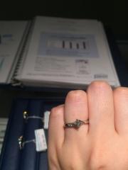 【銀座ダイヤモンドシライシの口コミ】 インターネット上で指輪探しをして色々とみている時から、この片方にメレ…