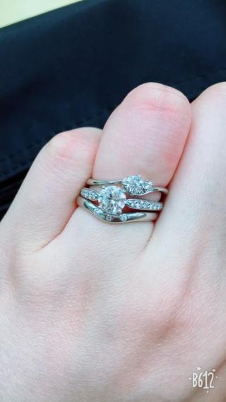 【ティファニー(Tiffany & Co.)の口コミ】 サイドにダイヤモンドが付いているものと、ついておらず真ん中のダイヤモ…