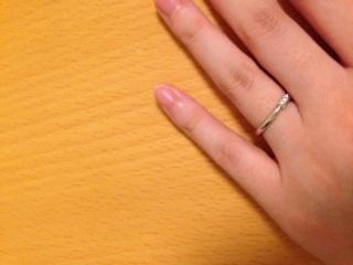 【ラザール ダイヤモンド(LAZARE DIAMOND)の口コミ】 指が綺麗に見えてすっきりとしています。シンプルさの中にも小さめのダイヤ…