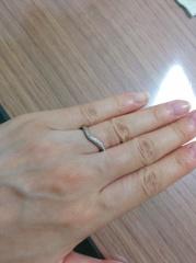【TASAKI(タサキ)の口コミ】 V字のデザインになっているので指が長く見える。 半分あしらわれたダイヤ…