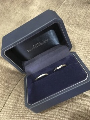 【銀座ダイヤモンドシライシの口コミ】 Vの形の婚約指輪を購入していたため、そちらと重ね付けできる指輪で選びま…
