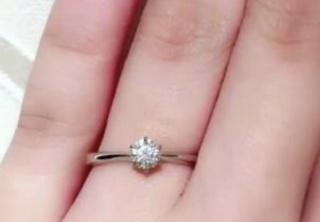 【ROYAL ASSCHER(ロイヤル・アッシャー)の口コミ】 旦那がプロポーズの際、選んで買ってきてくれました。見た目はダイヤが真…