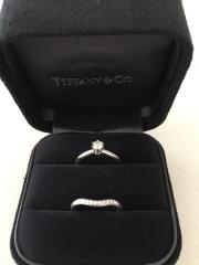 【ティファニー(Tiffany & Co.)の口コミ】 仕事中もつけるので、シンプルでエレガントなものを探していました。 美し…