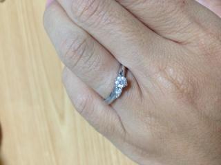 【銀座ダイヤモンドシライシの口コミ】 指が短いのがコンプレックスだった私。 他のお店の指輪もいろいろ見ました…