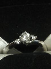 【エクセルコダイヤモンド(EXELCO DIAMOND)の口コミ】 何点か試着させていただいたのですが、このリングのコンセプトが月と2人と…