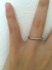 【アイプリモ(I-PRIMO)の口コミ】 緩いカーブがあり指がキレイに見えます。細めなので、家事や仕事にもあまり…