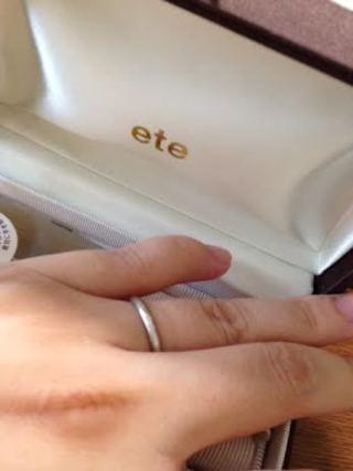 【ete(エテ)の口コミ】 写真では分かりづらいのですが、指輪の中央にダイヤモンドが埋め込んであ…