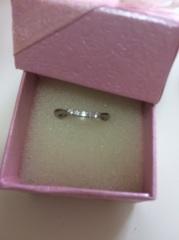 【アイプリモ(I-PRIMO)の口コミ】 この指輪はゆるやかなVラインで、両端の爪がハートになっているのが特徴で…